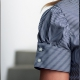 Dettaglio camicia da divisa donna elegante, maniche corte, chiusura doppio bottone, colore blu e bianco, tessuto cotone poliestere, easy iron